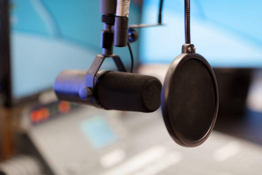 microphone-in-modern-radio-station-broadcasting-st-HS7VFKL (Grande)