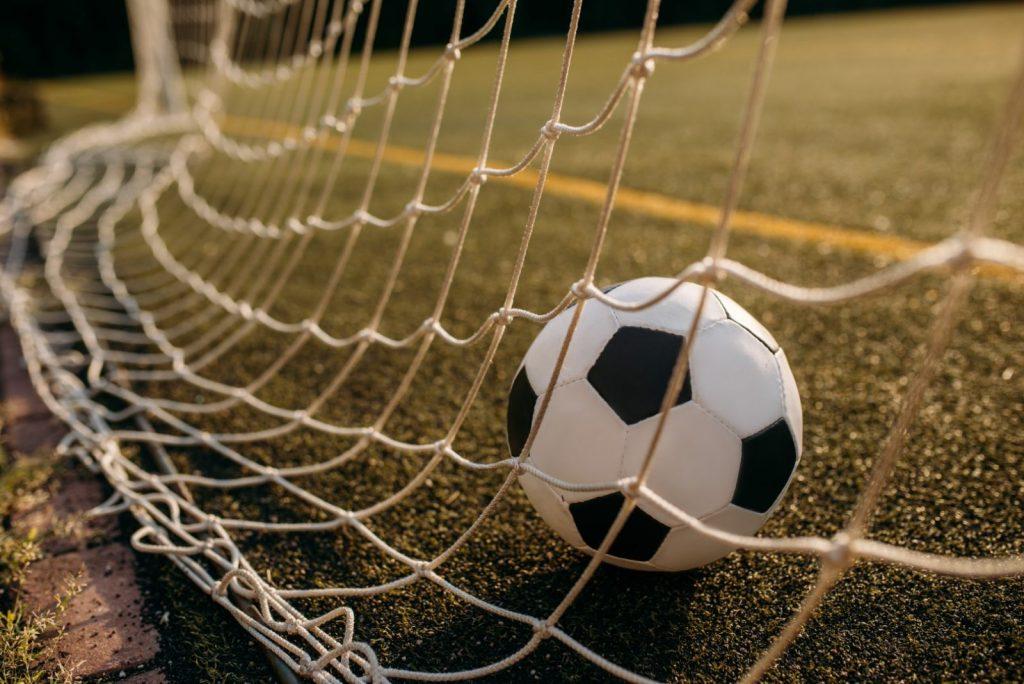 soccer-ball-in-the-gate-net-nobody-FF3DDZD (Grande)